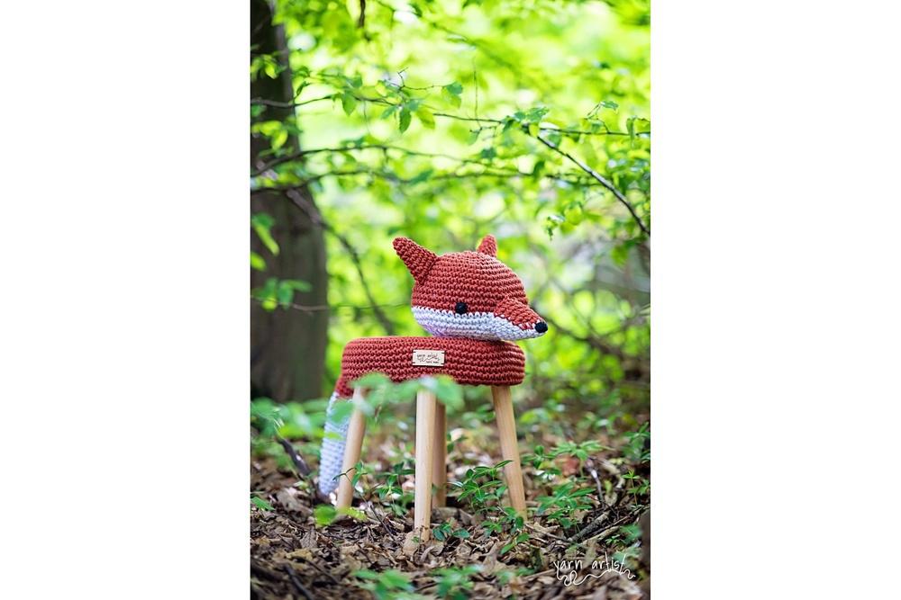 Designová háčkovaná taburetka liška