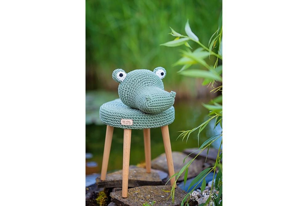 Designová háčkovaná taburetka krokodýl