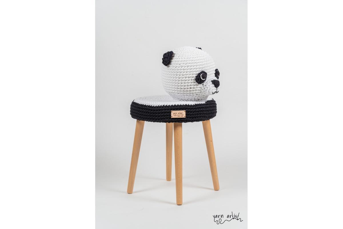 Designová háčkovaná taburetka panda