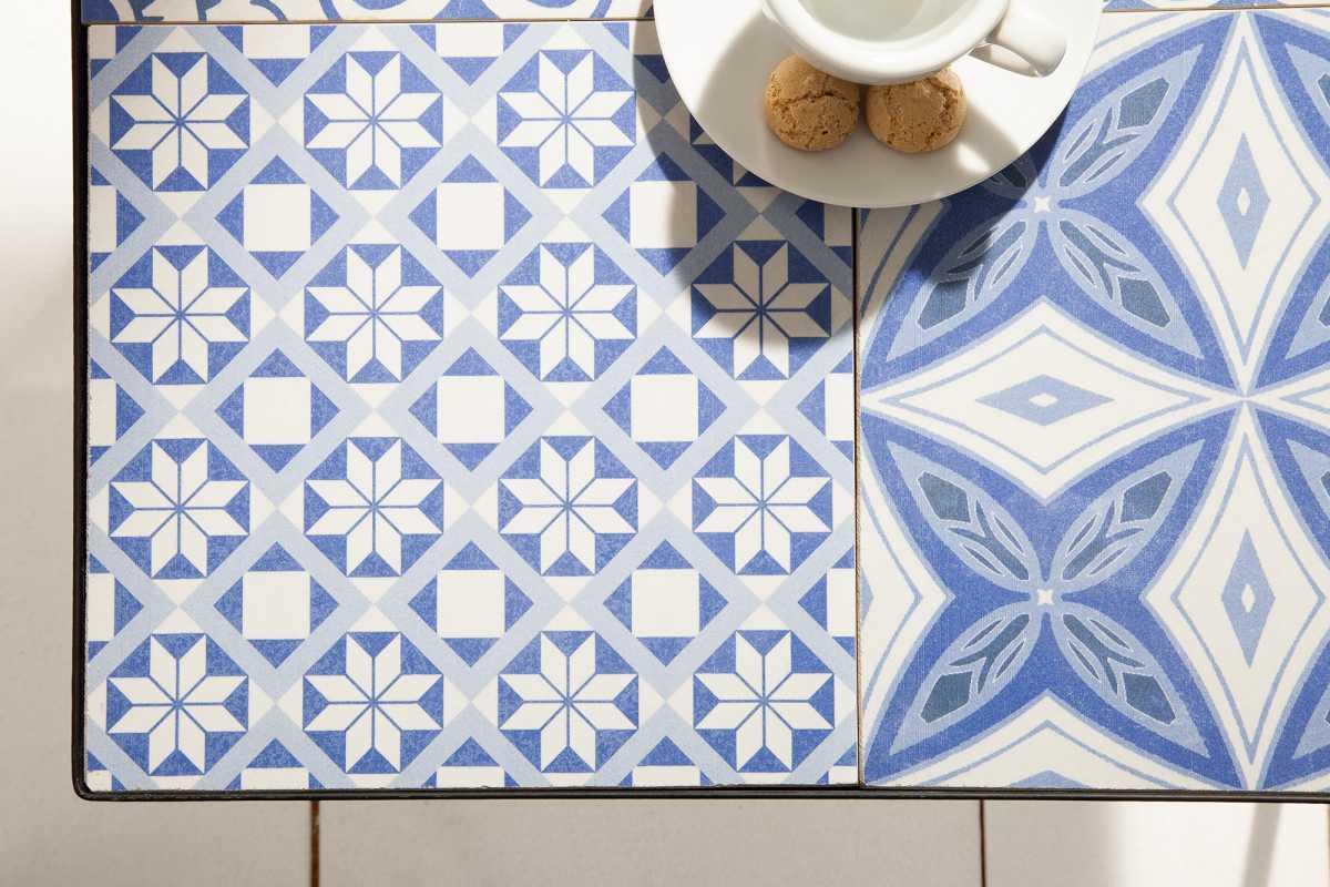 Designový odkládací stolek Noelle modro-bílý